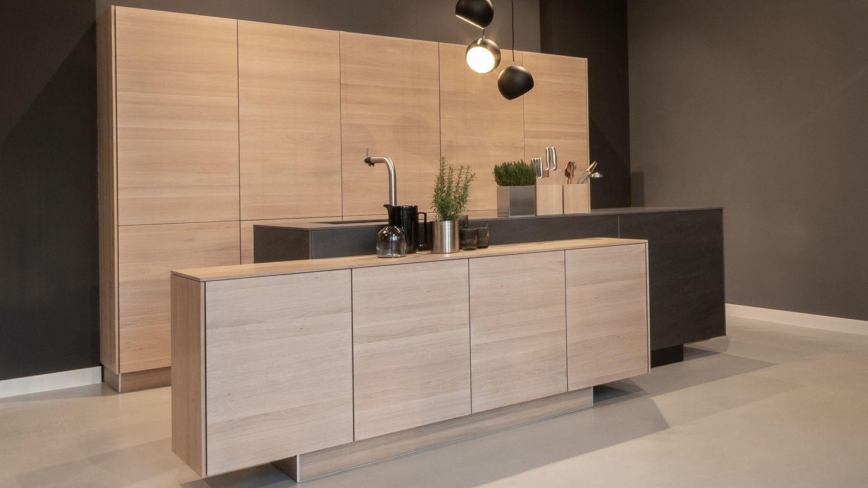 Filigno in Eiche weiss mit basaltblack Keramik Store Küche Wien