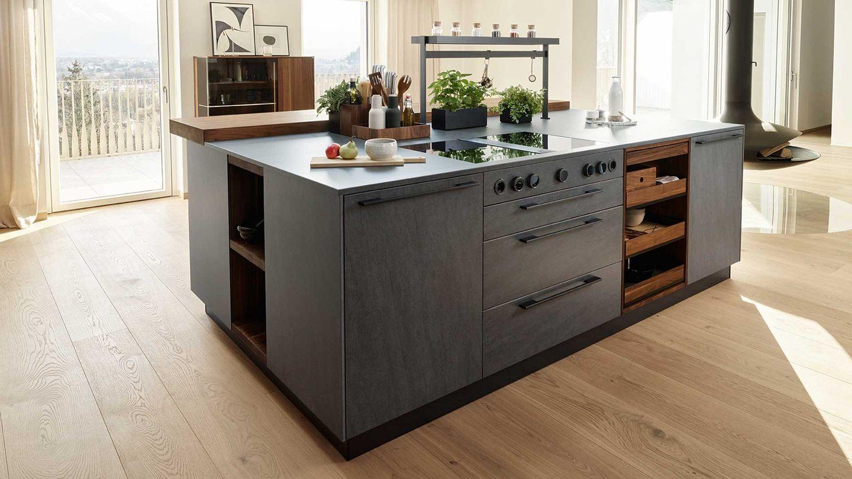 Kücheninsel der echt.zeit Naturholzküche in Nussbaum