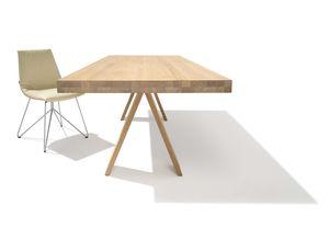 Tavolo tema con base a cavalletto in legno naturale di TEAM 7