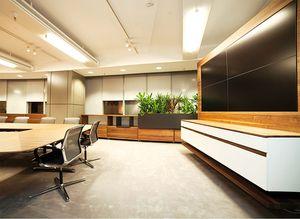 Обставленный мебелью от TEAM 7 зал совещаний в Райффайзенбанке в Бухаресте
