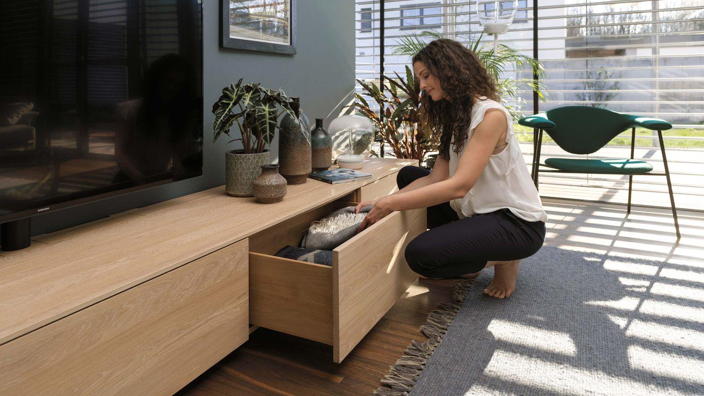 cloison d'habitation filigno avec tiroir ouvert en chêne huile blanche de TEAM7