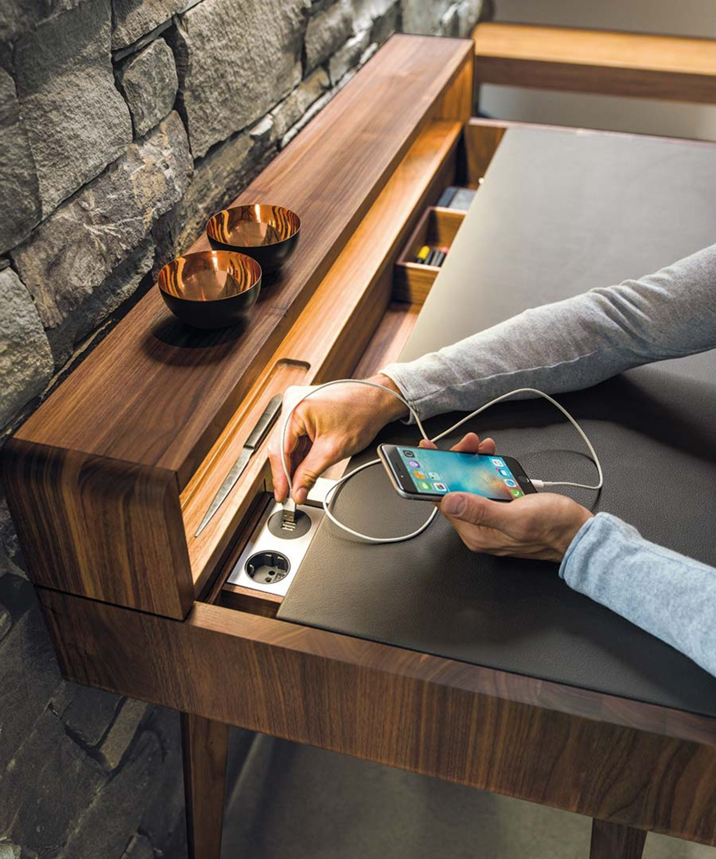 sol desk with integrated sockets and USB-connection