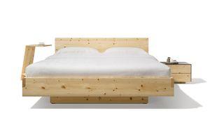 Massivholzbett nox mit Holzhaupt in Zirbe und Beistelltisch sidekick