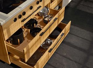 Kochtopflade in der echt.zeit Küche in Eiche von TEAM 7