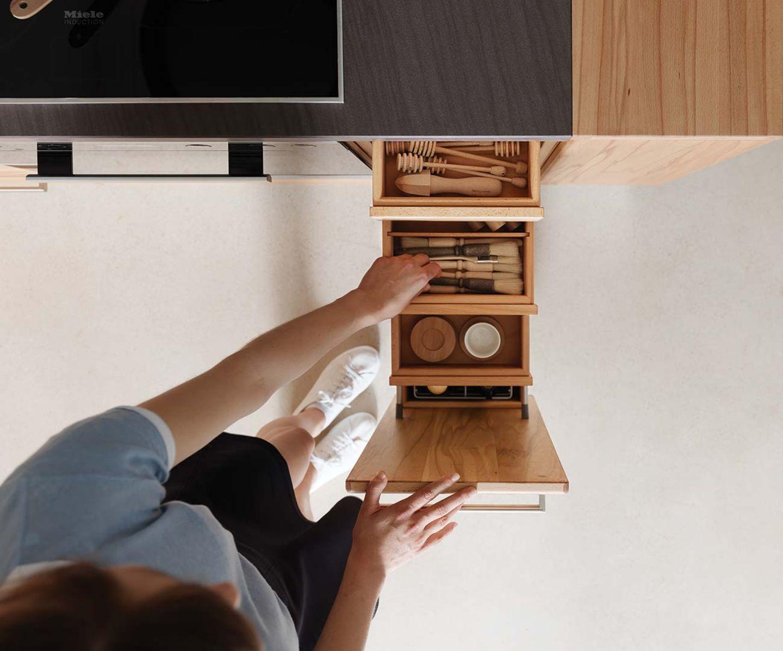 Cucina rondo in legno naturale con cassetti spaziosi