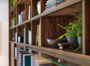 Bibliothèque cubus en bois massif avec détails artisanaux