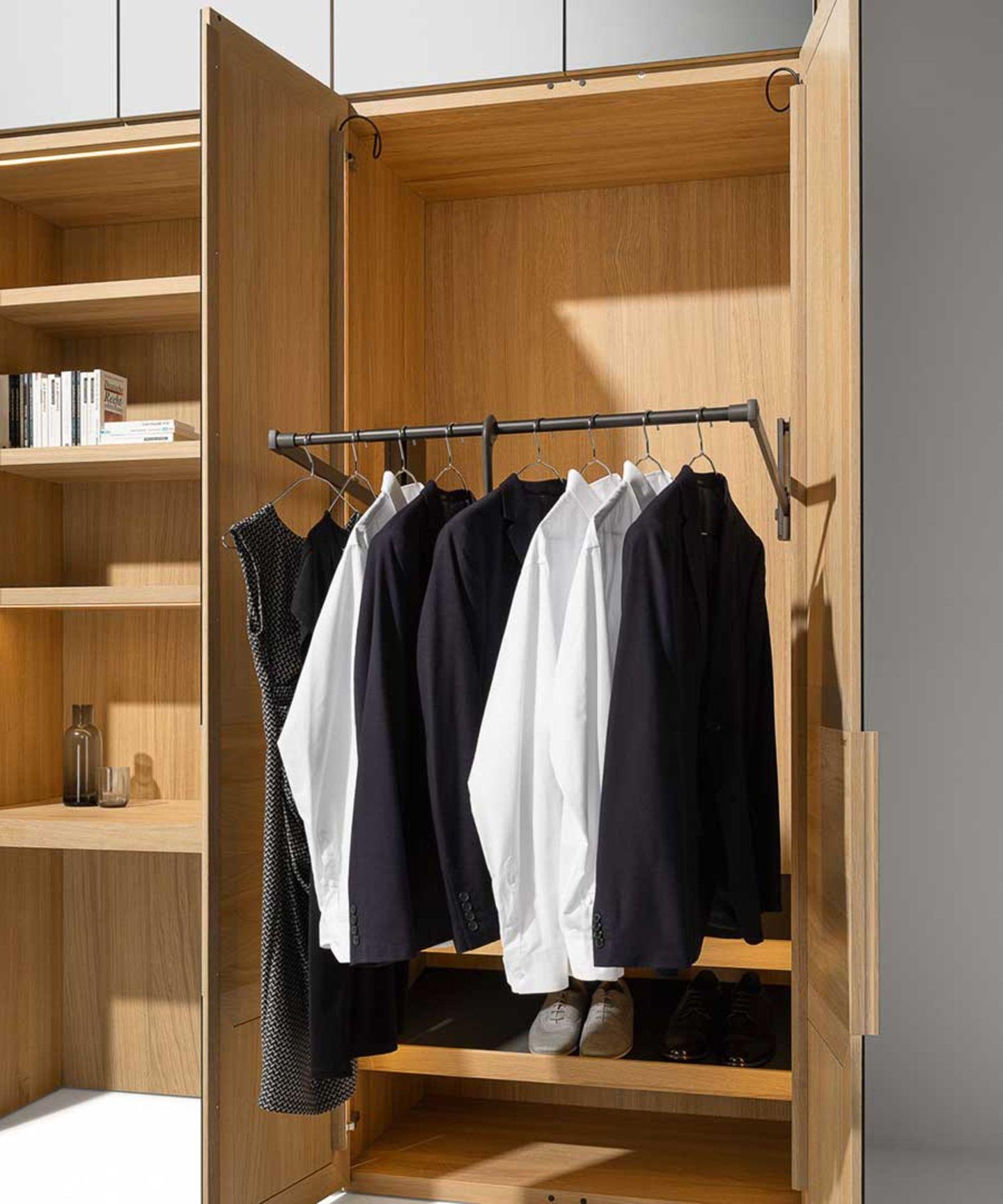 Платяной шкаф с подъёмником для платьев