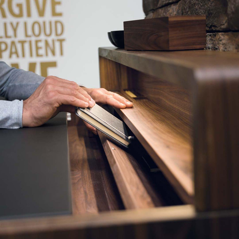 Bureau sol en bois naturel avec compartiment secret