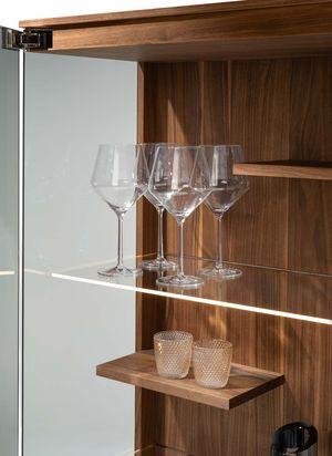 Glas- und Holzelemente in der TEAM 7 filigno Vitrine mit Beleuchtung