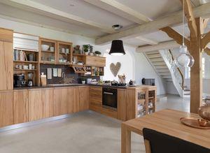 Cucina in legno massello rondo con tavolo loft