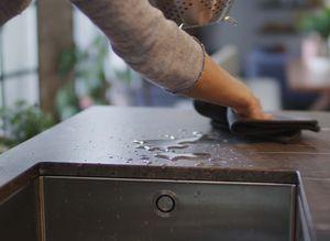 Reinigung einer Arbeitsplatte einer TEAM 7 Küche