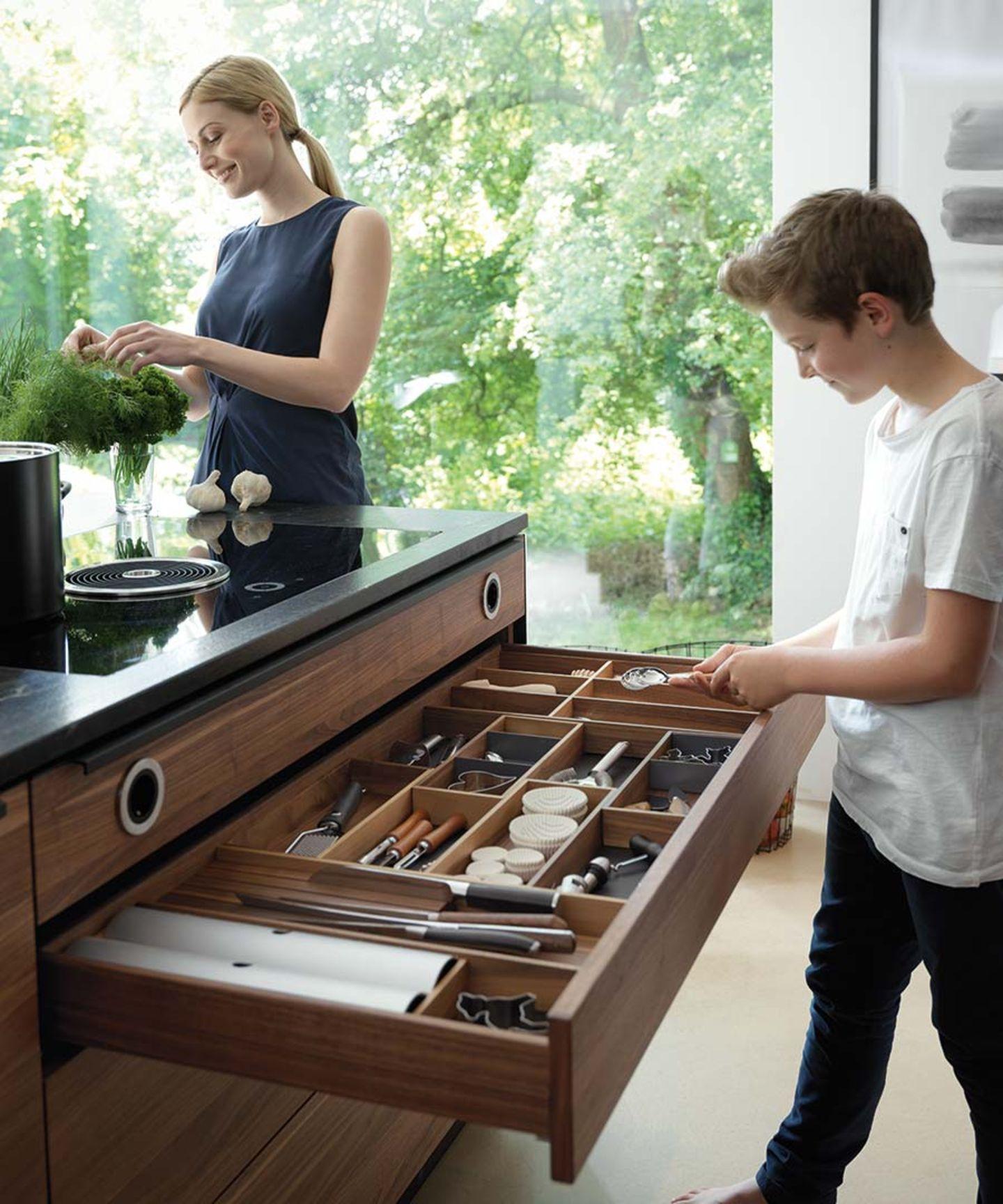 Cucina in legno naturale black line con pratica suddivisione interna dei cassetti