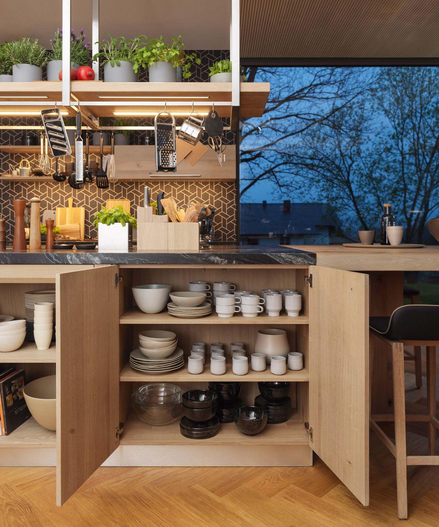 geöffneter Schrank in der loft Naturholzküche