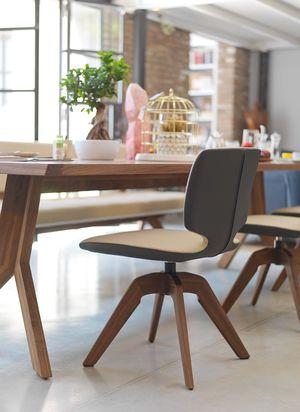 Chaise aye en cuir bicolore avec piétement pivotant en chêne