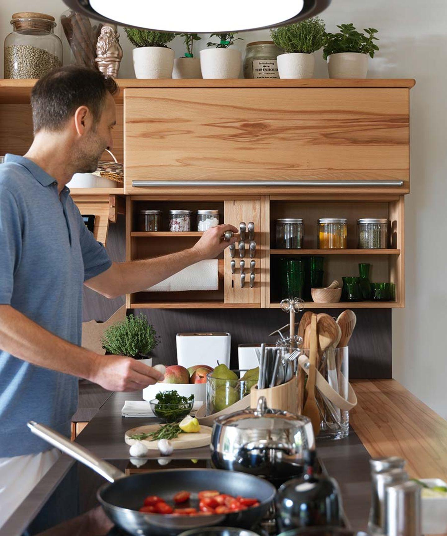 Cucina in legno massello rondo con mensole e barre attrezzate