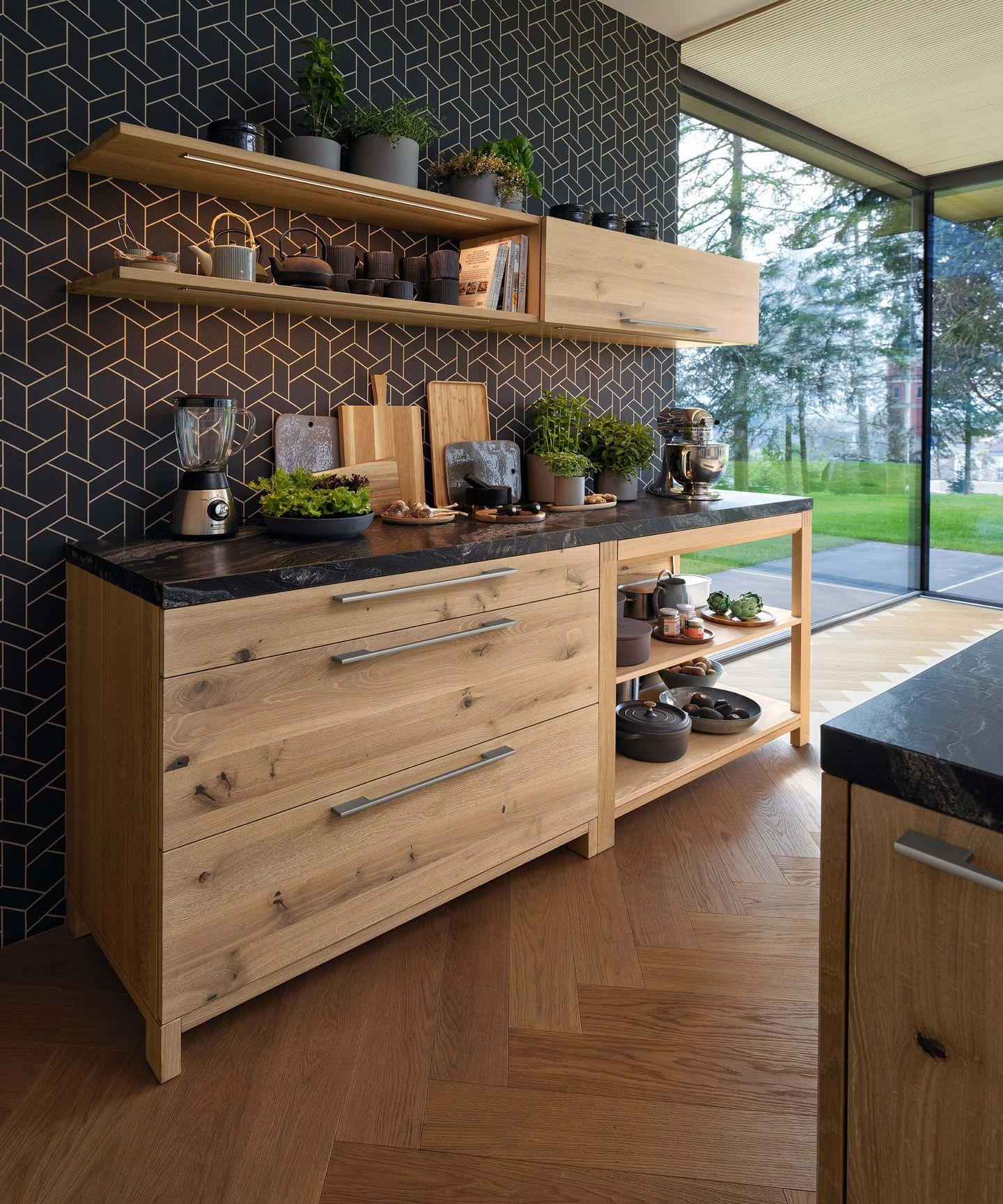 Teil der loft Küche mit Regal und Oberschrank