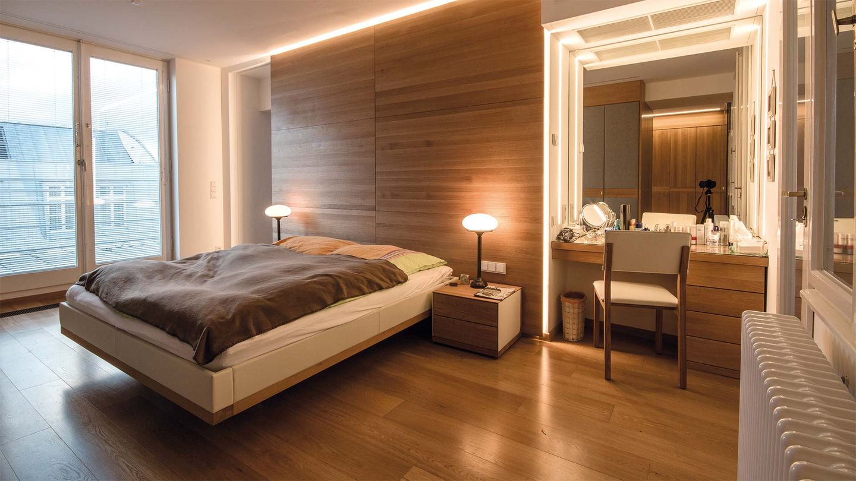 Мебель от TEAM 7 из массивного натурального дерева в спальне частной квартиры