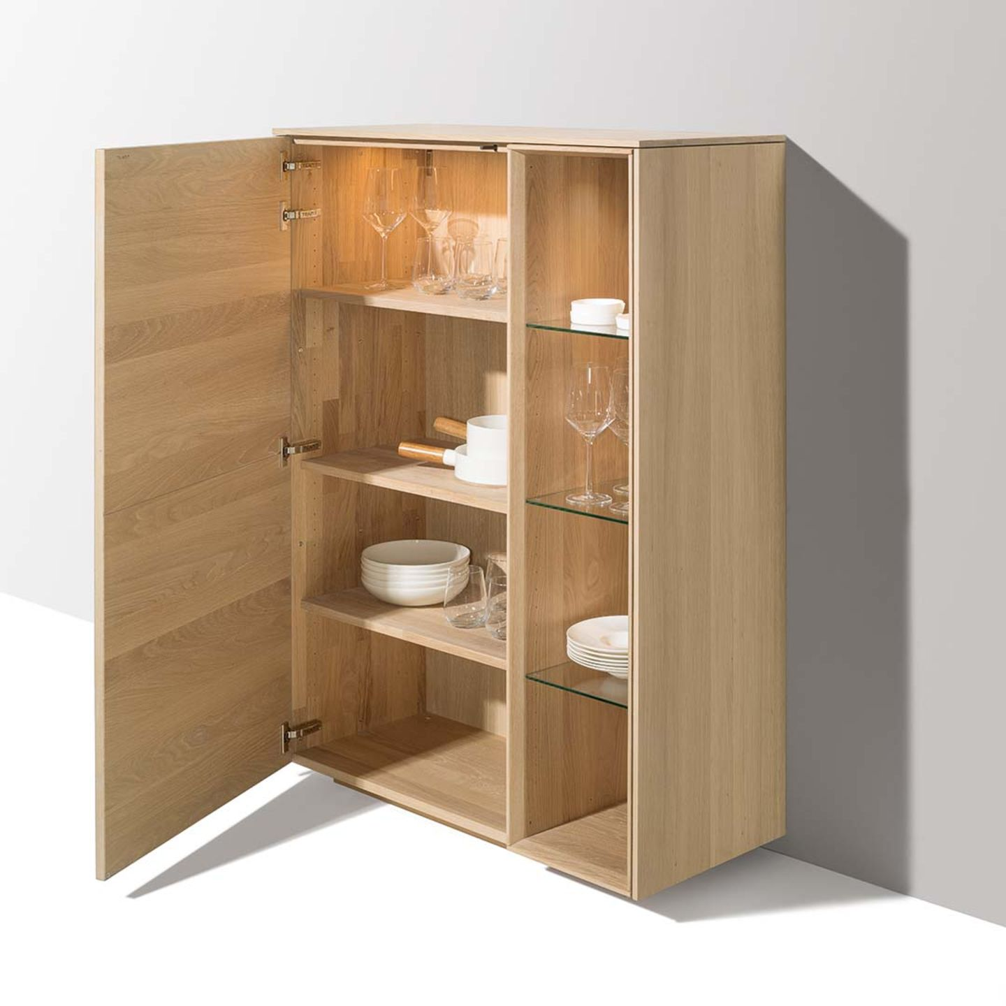 Highboard filigno con anta aperta e suddivisione interna
