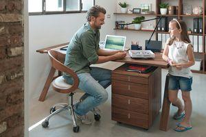 Scrivania atelier di TEAM 7 con sedia girevole girado