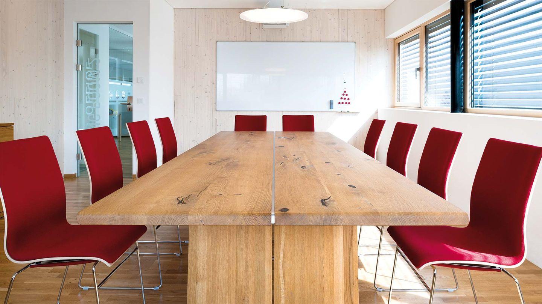 Table nox de TEAM 7 vue de face dans la salle de réunion de la société Hafnertec