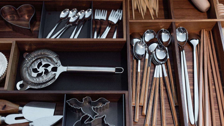 Cuisine black line en bois massif avec séparations de tiroir pratiques