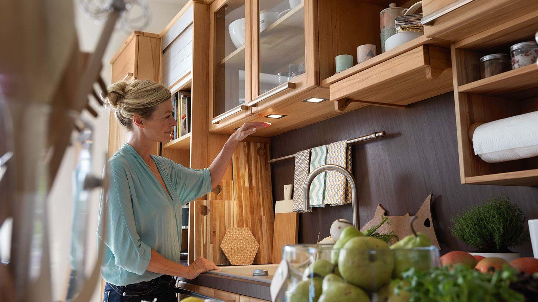 Cuisine rondo en bois massif avec étagères ouvertes