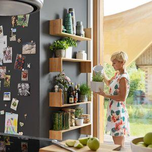 Cuisine en bois naturel l1 avec façades en verre coloré
