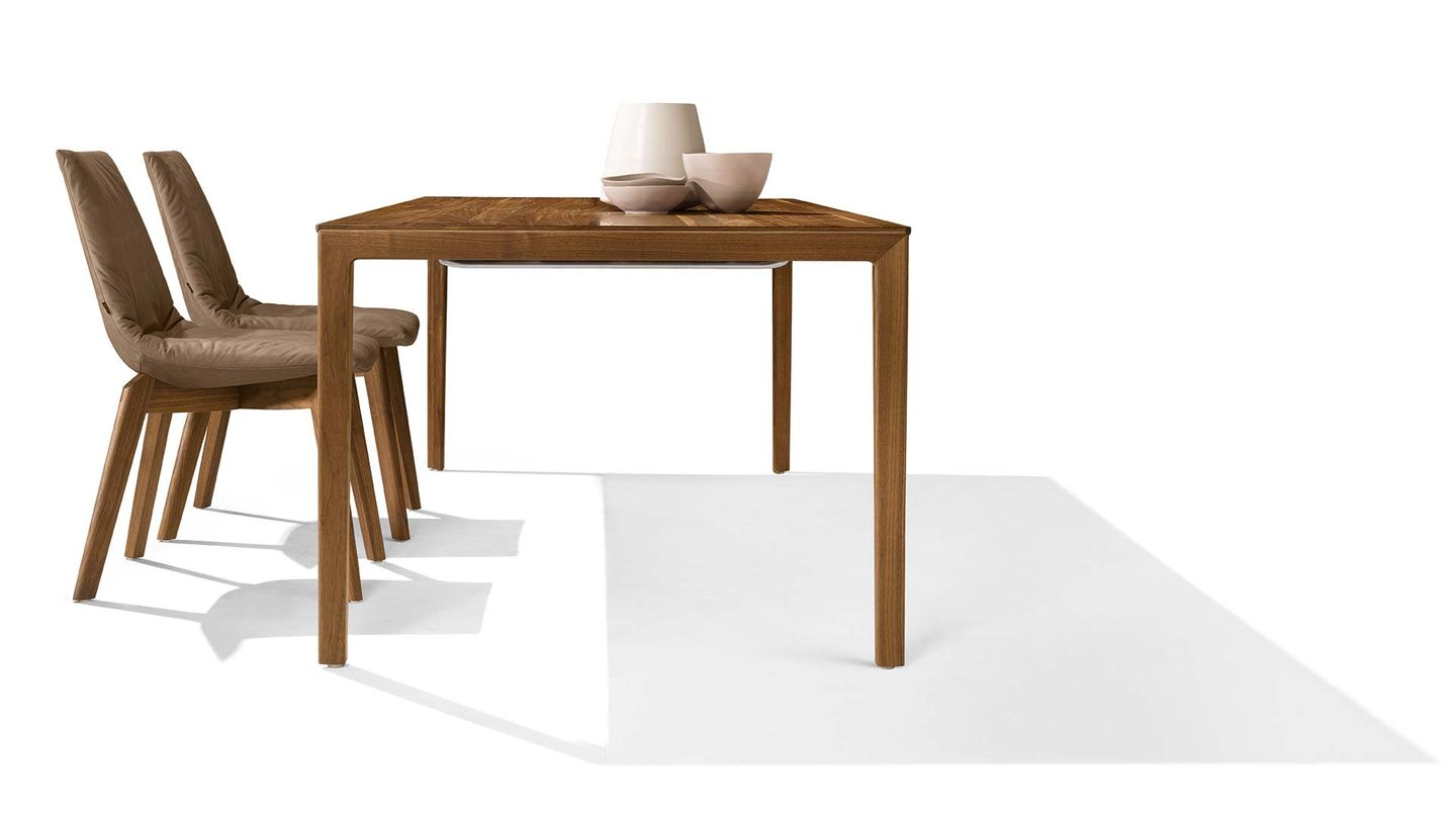 tak extendable table of solid wood with wooden legs