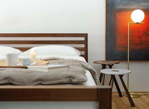 Design Bett mylon in Nussbaum mit treeo Beistelltisch