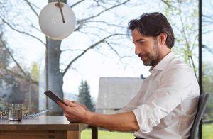 Mann beim Lesen auf einem Tablet