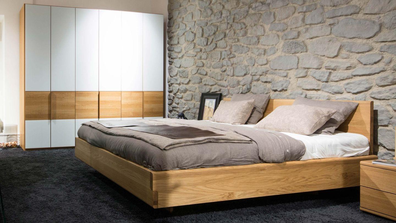 nox Bett und relief Schrank in Eiche im TEAM 7 Store in Wien