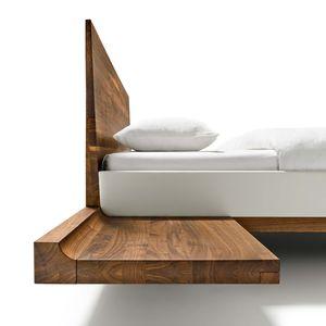 Lit en bois avec consoles et raccords en bois