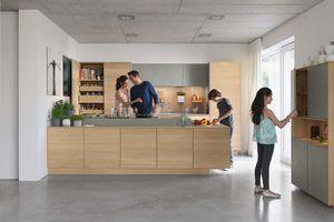 Cucina filigno in legno massello di rovere vista da davanti