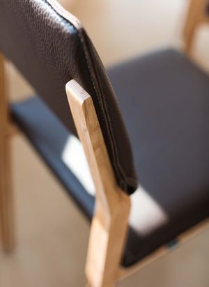 Sedia in legno naturale s1 in rovere vista laterale