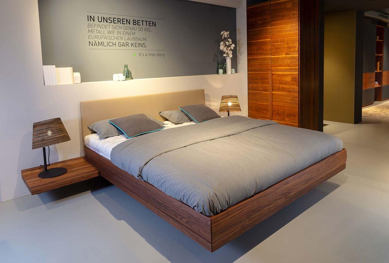 Metallfreies riletto Bett mit Konsolen bei TEAM 7 Hamburg City