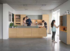 Familie kocht in der Massivholzküche filigno von TEAM 7