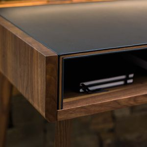 sol desk with end-grained wooden edges of the wooden shell