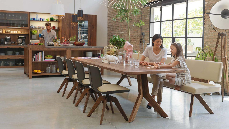 Tavolo yps e panca yps di TEAM 7 del designer Jacob Strobel