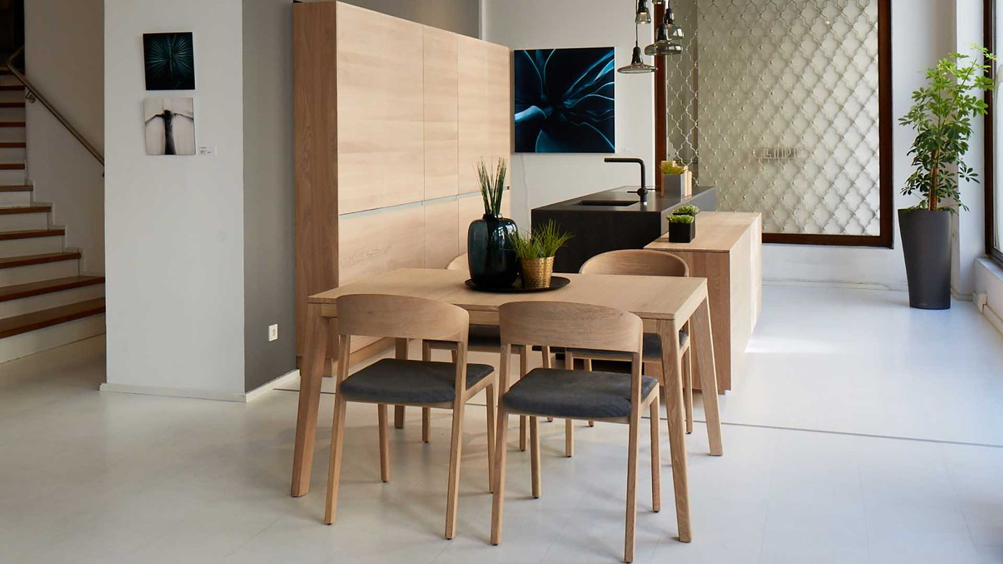 filigno kitchen with mylon chairs and table in oak white oil.