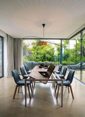 Auszugstisch tak in Nussbaum mit lui Stühlen in Leder
