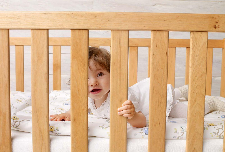 Baby Gitterbett mobile aus Massivholz