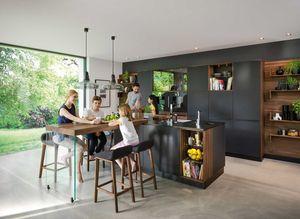 Küche black line aus massivem Holz mit schwarzem Farbglas
