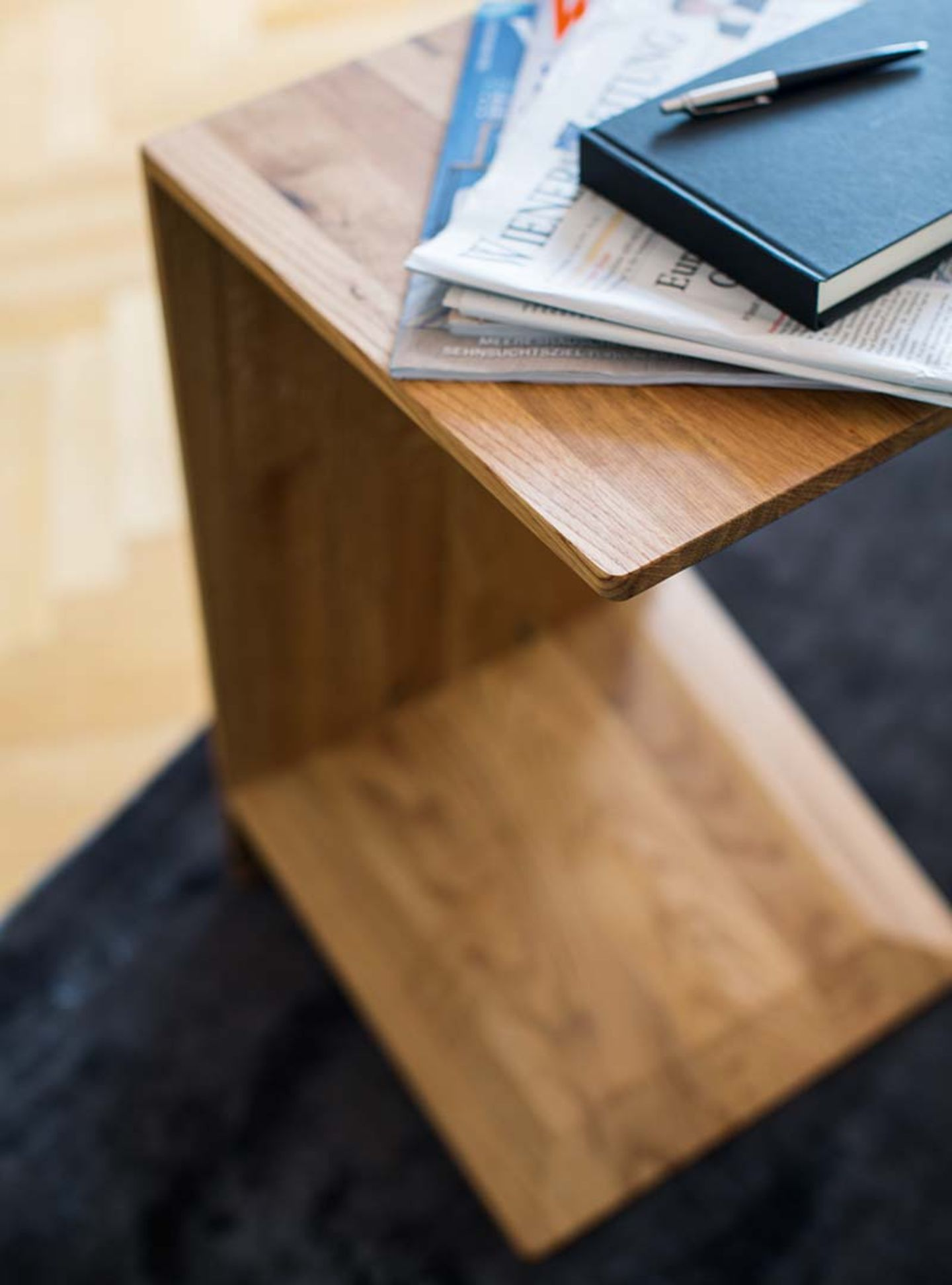 """Приставной стол """"sidekick"""" из орехового дерева от TEAM 7, стоя или лёжа"""