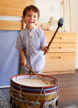 Jugendzimmer mobile Bär aus Massivholz mit spielendem Kind