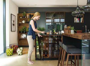 Cuisine black line en bois massif avec vitrine
