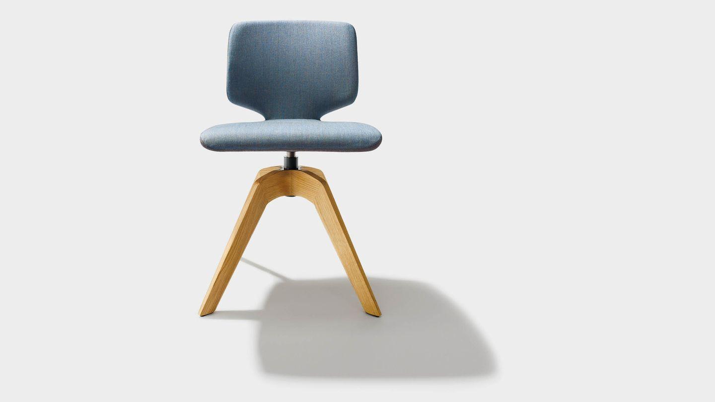 """Вращающееся кресло """"aye"""" из текстиля, на деревянных ножках и без подлокотников, вид спереди"""