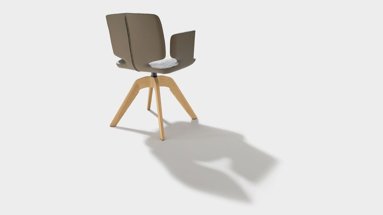 Sedia girevole aye in tessuto maple con braccioli in legno naturale