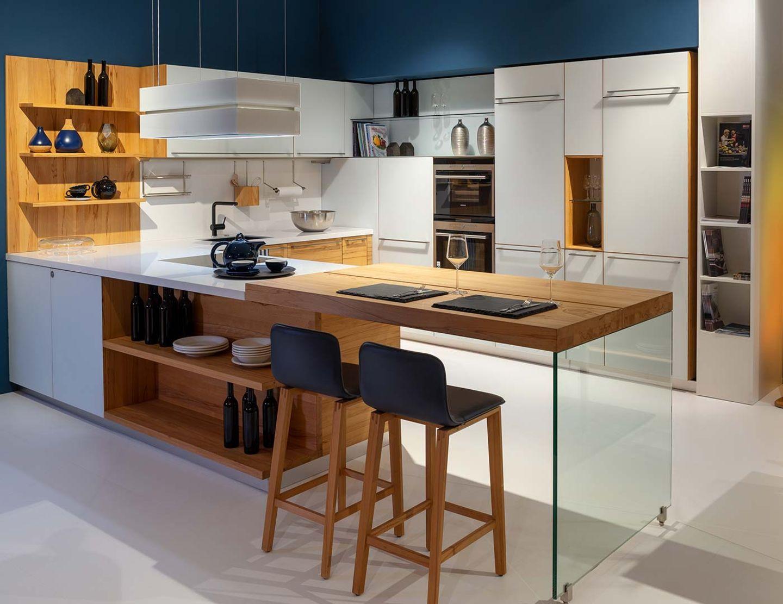 linee Küche mit Glasfronten aus Naturholz bei TEAM 7 Hamburg Altona