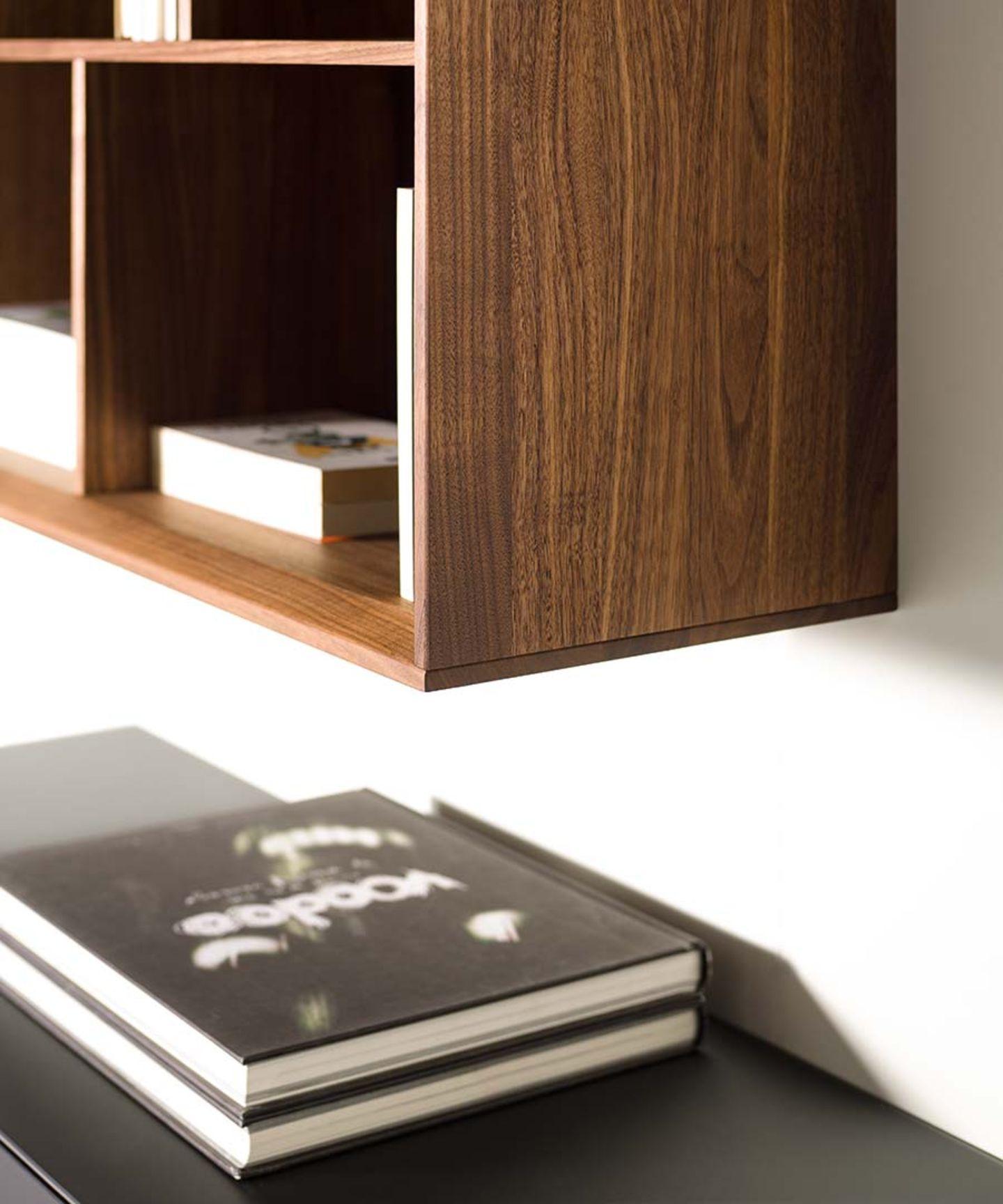 Wohnwand cubus pure aus Naturholz mit handwerklichen Details