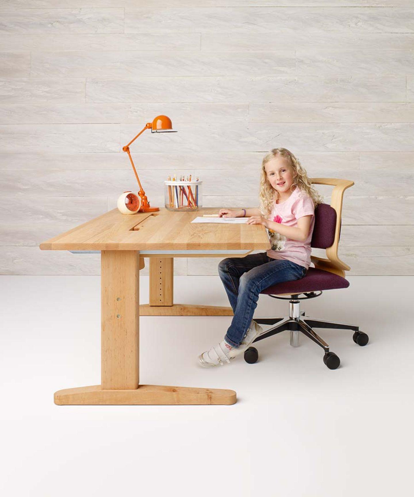 Drehstuhl und Schreibtisch aus Naturholz für Kinder